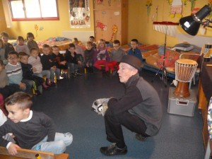 Patrick conte auprès des élèves .