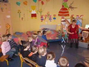 Les enfants attentifs au conte de Bernadette .