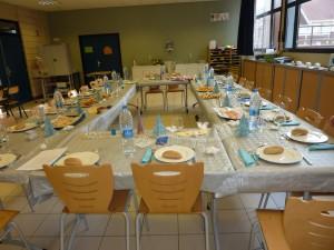 La table dressée par les jeunes Rroms